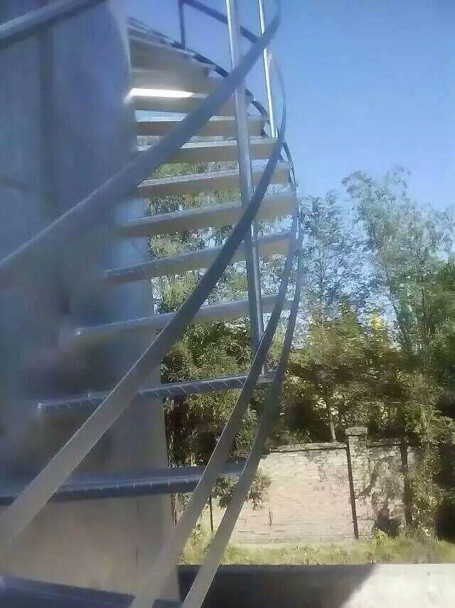 阜新烟囱安装爬梯公司——玻璃厂烟筒爬梯更换