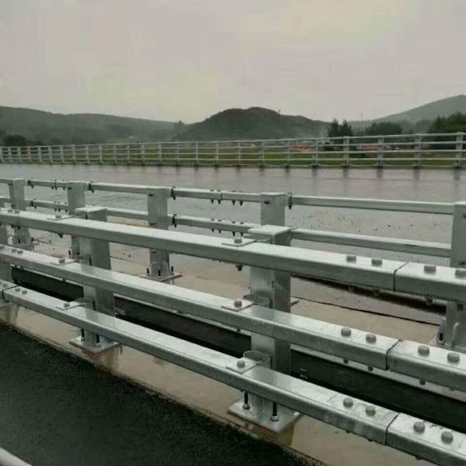 南湖区波形护栏 立柱施工 运输