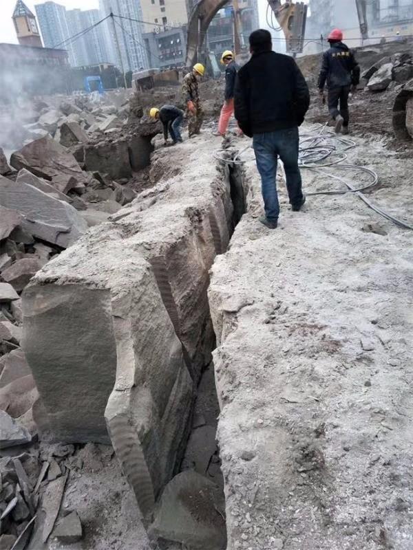 广东东升公路扩建破开岩石劈裂棒使用现场