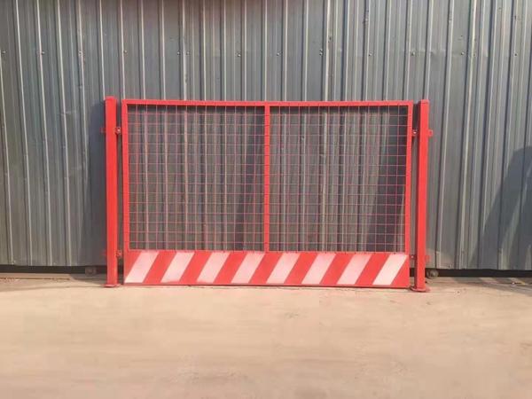 镀锌喷塑爬架网_广元施工电梯楼层防护门厂家价格
