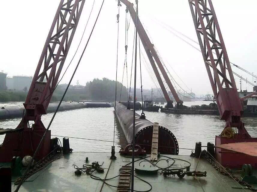 根据现场实际情况,本工程均采用吊装下水的方式施工.图片